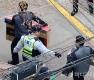 사저 앞 충돌하는 박사모와 경찰