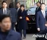 집앞 지지자들 보고 활짝 웃는 박 전 대통령