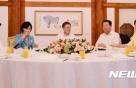 """靑 """"여야 지도부 회동, 만찬으로 진행하려 노력 중"""""""