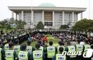 민주노총 조합원 150여명 국회 기습진입…12명 연행