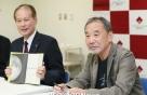 무라카미 하루키, 작품·원고·음반 모교에 기증한다