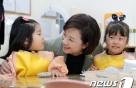 """[영상]학부모 만난 유은혜 부총리 """"공립·사립유치원 함께 발전해야"""""""