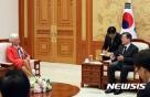 """文  """"WTO 개혁, IMF 금융 안전망 강화""""-라가르드 """"모두 동의"""""""