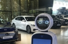 LG 안내로봇 클로이 현대차 전시장서 손님 맞는다