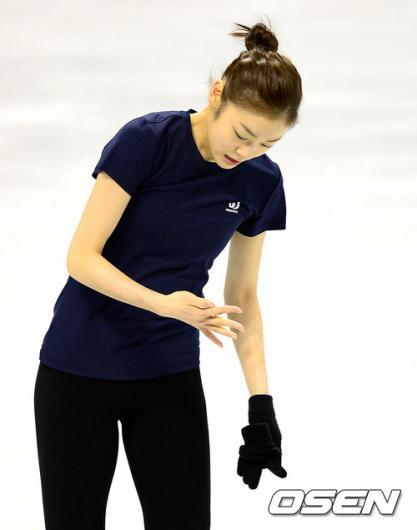 [사진]김연아, 손가락에 무슨 문제?