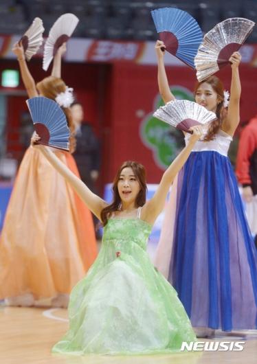 [사진]치어리더들의 아름다운 부채춤