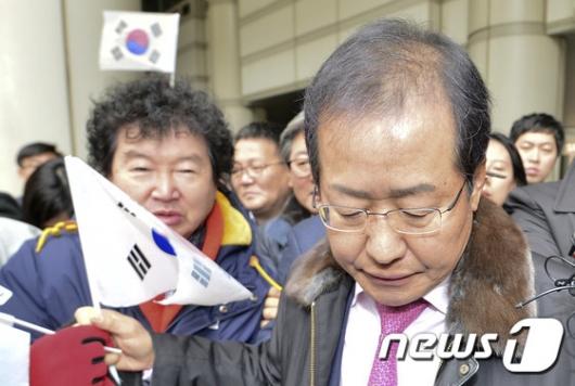 [사진]태극기 건네받는 홍준표 지사 '항소심 무죄'