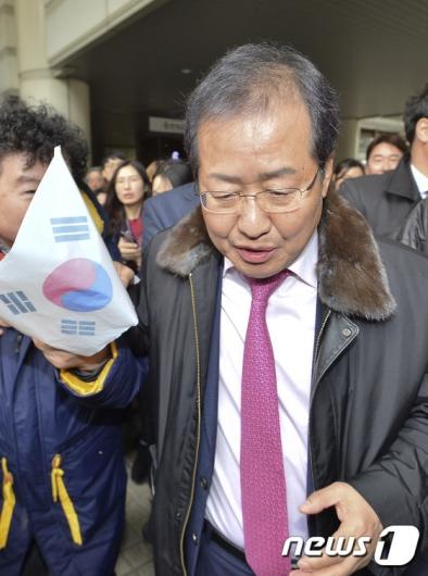 [사진]'항소심 무죄' 태극기 손에 쥔 홍준표