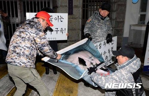 [사진]박영수 특검 그려진 현수막 찢는 보수단체