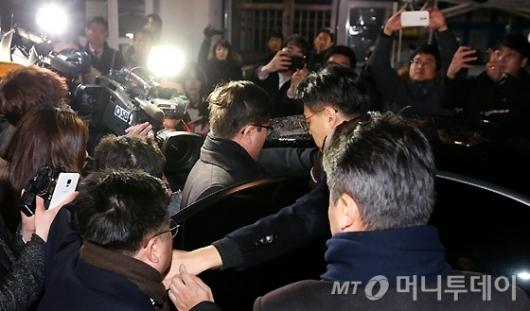 [사진]박상진 사장, 구치소 나와 차량 탑승