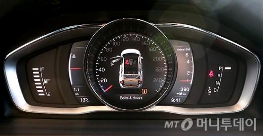 [사진]볼보 S60 & V60 폴스타 계기판