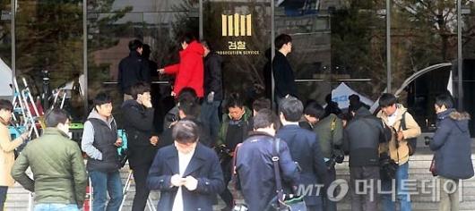 [사진]박 전 대통령 소환 D-1 몰려드는 취재진