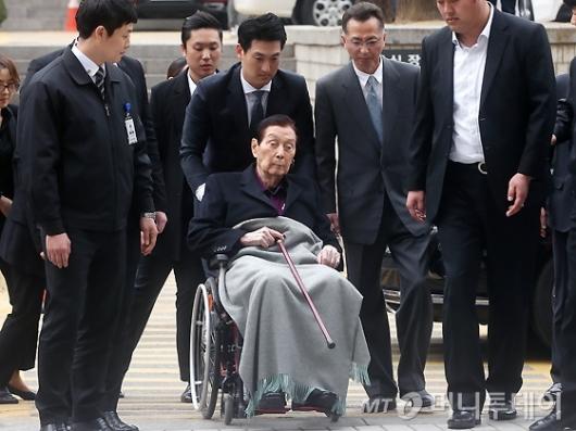 [사진]신격호 총괄회장, 휠체어 타고 법원 출석