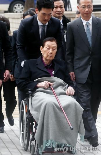 [사진]휠체어 타고 법원 출석하는 신격호 총괄회장