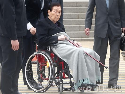 [사진]법원 출석하는 신격호 총괄회장