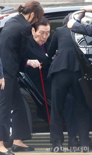 [사진]신격호 총괄회장, 힘겨운 발걸음
