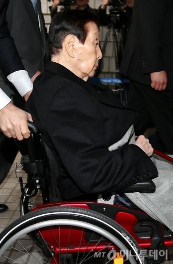 [사진]법원 들어서는 신격호 총괄회장