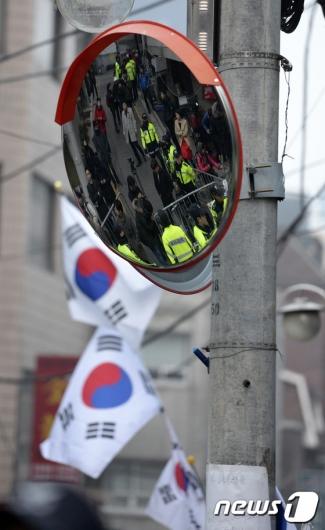 [사진]이른 아침부터 인파 붐비는 박 전 대통령 자택 앞