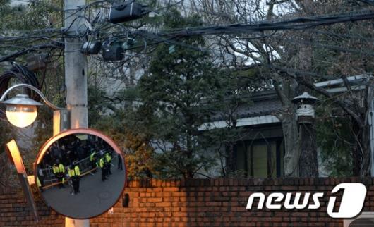 [사진]불 켜진 박근혜 전 대통령 자택
