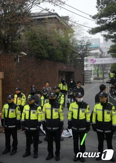 [사진]박근혜 대통령 검찰 소환 당일, 긴장감 도는 자택 앞