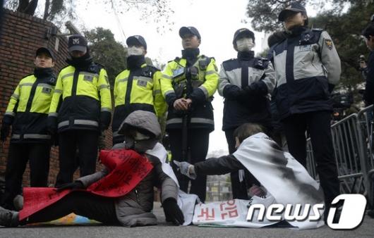 [사진]박근혜 전 대통령 자택 앞 지지자들