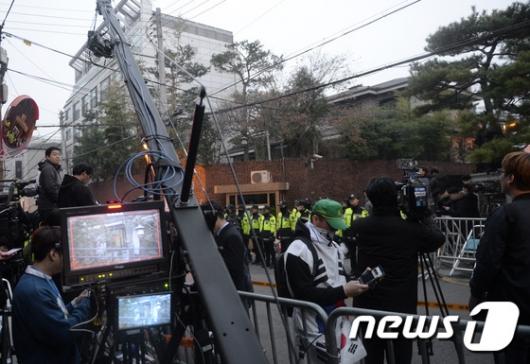 [사진]박근혜 전 대통령 자택 앞 모인 취재진