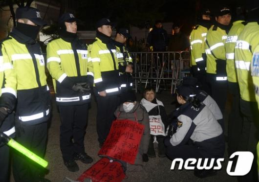 [사진]길바닥 앉은 박 전 대통령 지지자들