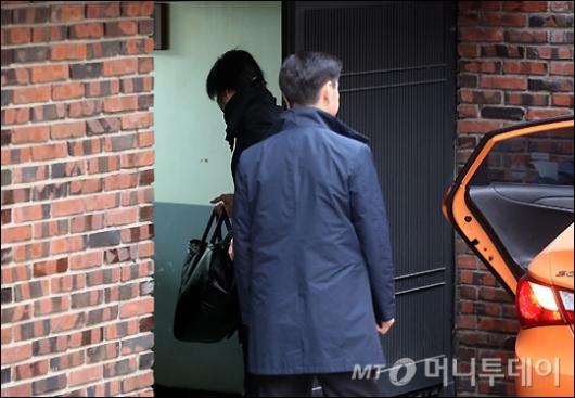 [사진]박 전 대통령 자택 출입하는 미용사