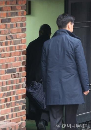 [사진]검찰 출두 앞두고 미용사 출입