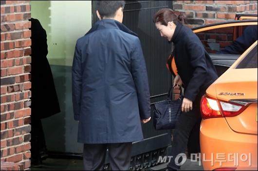 [사진]검찰 출두 앞두고 미용사 들어가는 박 전 대통령 자택