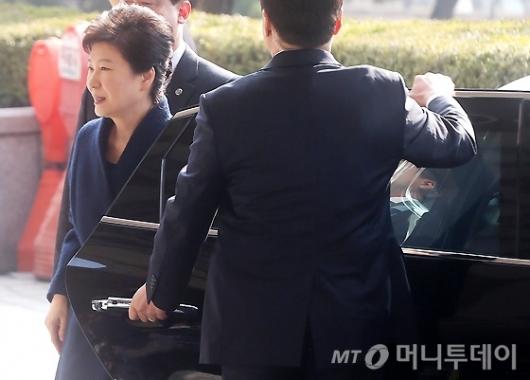 [사진]검찰 들어서는 박 전 대통령