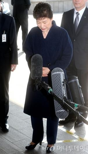 [사진]고개 숙인 박 전 대통령