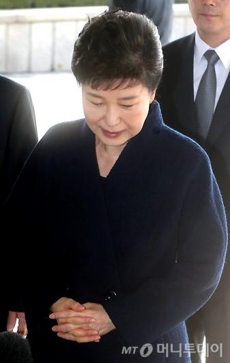 [사진]고개 떨구는 박 전 대통령