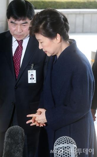 [사진]두 손 모은 박 전 대통령