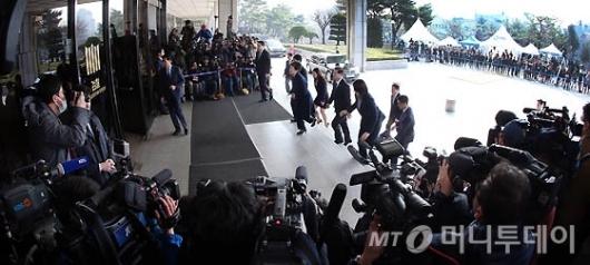 [사진]박근혜 전 대통령에 쏠린 눈