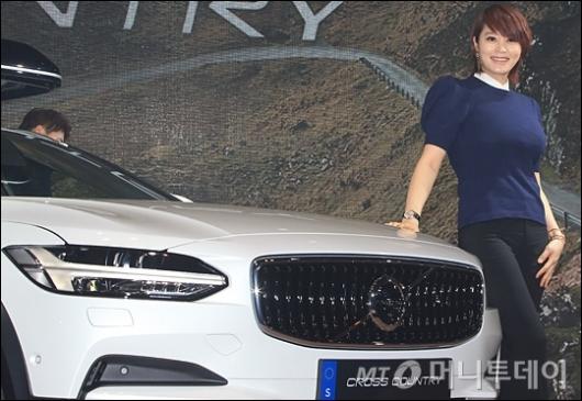 [사진]더 뉴 크로스컨트리와 포즈 취하는 김혜수