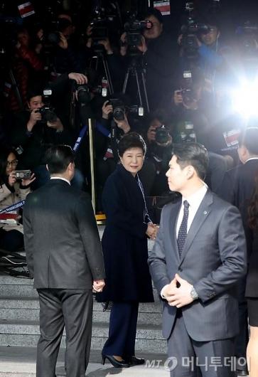 [사진]돌아보는 박 전 대통령