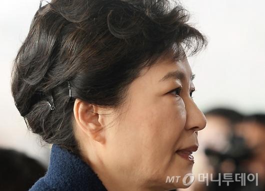[사진]소환되는 박 전 대통령의 굳은 표정