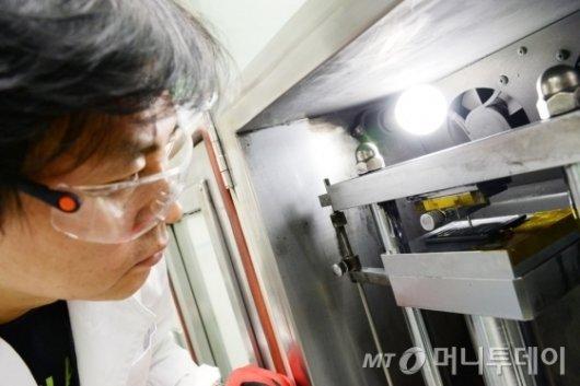 """LG 'G6' 배터리실험실 가보니… """"軍 작전 수행도 가능"""""""