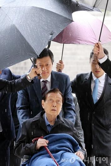 [사진]신격호 회장, 비 내리는 첫 공판
