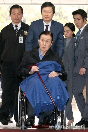 [사진]롯데 총수 일가 첫 공판 출석하는 신격호-신동주