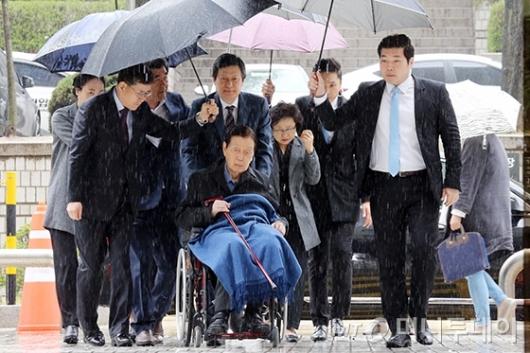 [사진]법원 출석하는 신격호-신동주