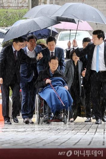 [사진]법정 향하는 신격호-신동주