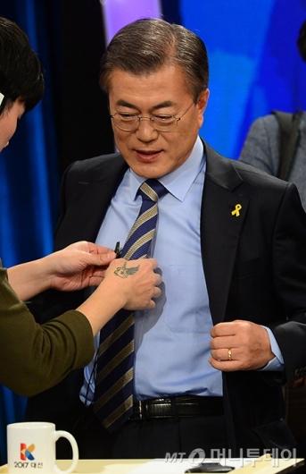 [사진]토론회 준비하는 문재인