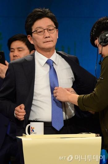 [사진]토론회 준비하는 유승민