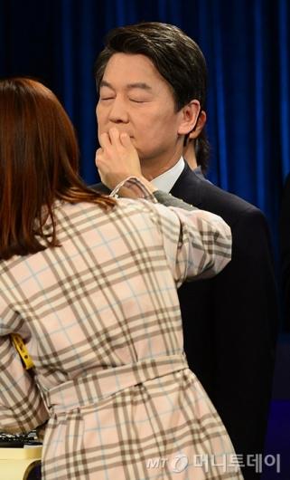[사진]토론회 준비하는 안철수