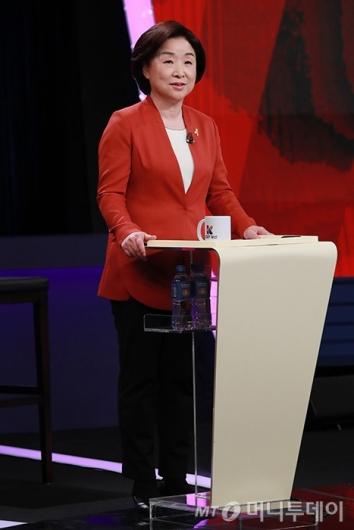 [사진]스탠딩 토론 준비하는 심상정