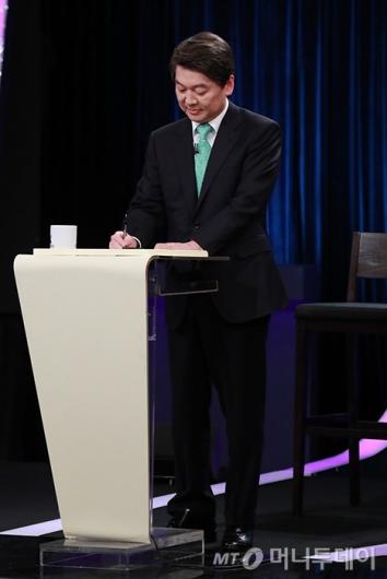 [사진]스탠딩 토론 준비하는 안철수