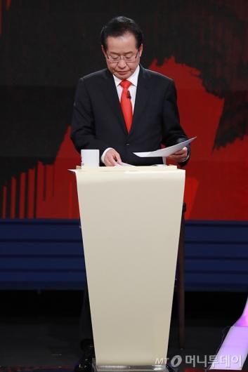 [사진]스탠딩 토론 준비하는 홍준표