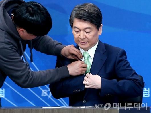 [사진]토론회 준비하는 안철수 후보